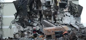 Malatya'da yıkım yapan iş makinesi devrildi: 1 yaralı