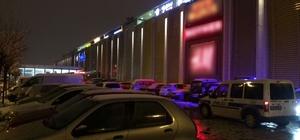 AVM'de pankart açan 3 genç gözaltına alındı