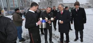 Başkan Aydın'dan karla mücadele ekiplerine çay ikramı