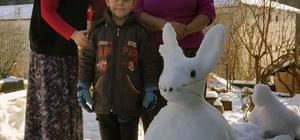 Evinin bahçesinde kardan hayvan figürleri yaptı
