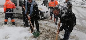Ataşehir'de belediyenin kar temizleme çalışmasına vatandaştan destek