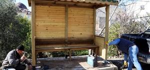 Erdemli Belediyesi marangozhanesi üretim ve montaj çalışmalarına devam ediyor
