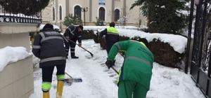 Belediye ekipleri kaldırım ve yollardaki buzları temizledi
