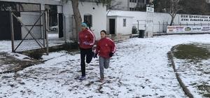 Burhaniyeli sporcular kar kış demeden çalışıyorlar