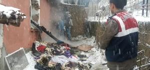 Evleri yanan aile çöken çatının altında kaldı