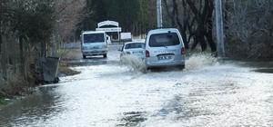 Burhaniye'de yağmurlar zeytine ilaç olurken, trafiği aksattı