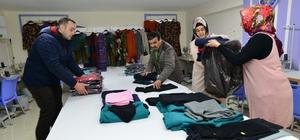 Tokatlı kadınlar ihtiyaç sahipleri için kışlık kıyafet dikti