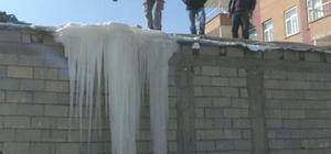 Toprak evin damı buzla kaplandı