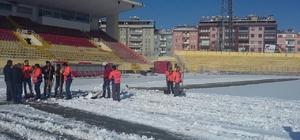 İnönü Stadı'nda kar temizliği