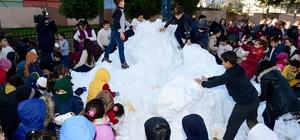 Büyükşehir Belediyesi okul bahçesine kar getirdi