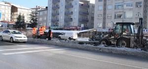 Trafik kazası sonrasında hasar gören çitlerin onarımı yapılıyor