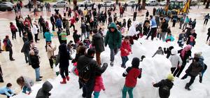 Alanya'da çocuklar için kamyonla kar taşındı