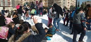 Kamyonla geçirilen kar halkın eğlencesi oldu