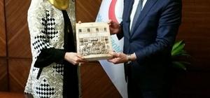 Müsteşar yardımcısına imam hatip kitabı hediye edildi