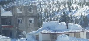 Anamur'da yayla evlerinin çatıları kara dayanamadı