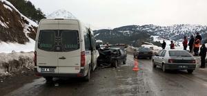 Yolcu minibüsü ile otomobil çarpıştı: 1 ölü, 6 yaralı