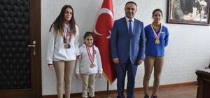 İl birincisi yüzücülerden Kaymakam Soytürk'e ziyaret