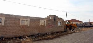 Develi'de metruk metruk ev yıkımı çalışmaları