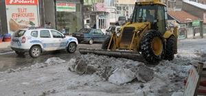 Çelikhan'da cadde ve sokaklar kardan temizleniyor