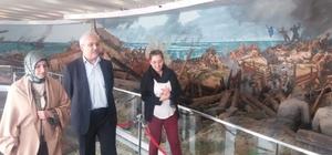 Vali Güvençer eşiyle birlikte Çanakkale Şehitleri Anıtı'nı ziyaret etti