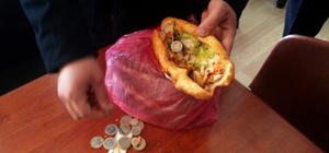 Zabıtayı görünce paraları ekmek arası dönere gizlemiş