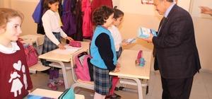 """Necdet Uysal """"Gençlerle Başbaşa"""" kitabını öğrencilere hediye etti"""
