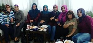 AK Partili kadınlar kapı kapı dolaşarak başkanlık sistemini anlatıyor