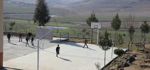 izre'de köy okullarına modern spor sahaları