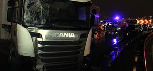 Tır servis minibüsüne çarptı, Yalova yolu kapandı
