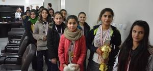 Şampiyon kızlardan Kaymakam Alibeyoğlu'na ziyaret