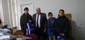 Çardak'ta 350 öğrenciye karne hediyesi kışlık elbise verildi