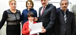 Başkan Gürkan öğrencilere karne dağıttı