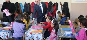 Başkan öğrencilere karne ve hediyelerini dağıttı