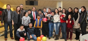 Down sendromlu çocukların bowling heyecanı