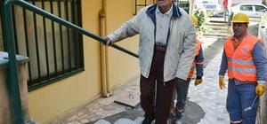 Muratpaşa Belediyesi'nden 97 yaşındaki Bekir Dede'ye tırabzan