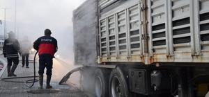 Balataları ısınan kamyonun lastikleri yandı