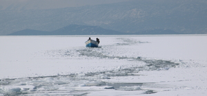 Tekneleri batan çift, buz kütlesine çıkarak kurtuldu