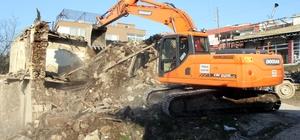 Toroslar'da metruk binaların yıkımları sürüyor