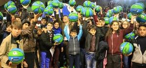 Merkezefendi Belediyesi'nden 4 öğrenciye 4 bin basketbol topu