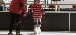 Kartallı çocukların sömestr eğlencesi buz pateni