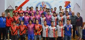 Aydın'da filenin genç şampiyonları kupalarına kavuştu
