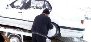 Karlı yolda mahsur kalan araçlar kurtarıldı