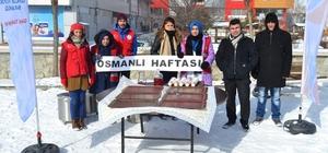 Gençler vatandaşlara Osmanlı Şerbeti ikram etti