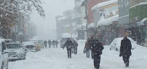 Malazgirt'te kar köy yollarını ulaşıma kapattı