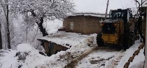 Derecik'de karla mücadele çalışması