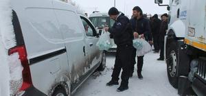 Tutak Kaymakamlığı tarafından mahsur kalan yolculara yiyecek ikramı yapıldı