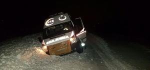 Ağrı'da kara saplanan ambulans 1 saatte kurtarıldı