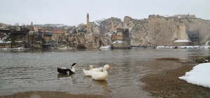 Kar, tarihi Hasankeyf'i beyaza bürüdü
