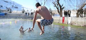 Sıfırın altında 7 derecede yüzme şenliği