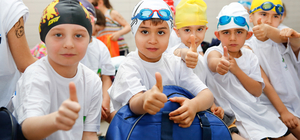Minik yüzücüler Ata için kulaç attı
